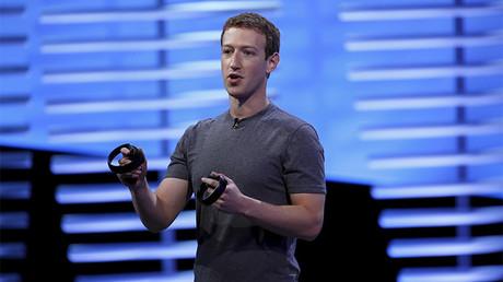 Mark Zuckerberg con un par de controladores táctiles para Oculus Rift