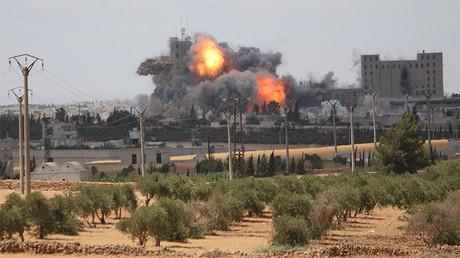 Humo y llamas tras bombardeos en Manbiy, donde hay posiciones del Estado Islámico, Siria.