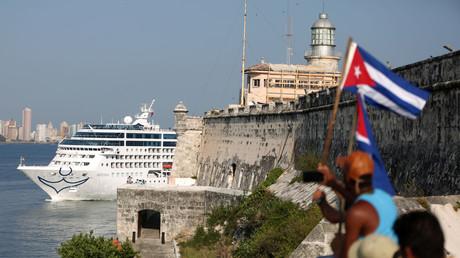 El crucero estadounidense Adonia llega a la bahía de La Habana, Cuba, el 2 de mayo de 2016.