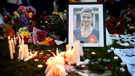 Velas en memoria de la parlamentaria británica por el Partido Laborista Helen Joanne Cox (Jo Cox), asesinada en Birstall, en el marco de una vigilia en la Plaza del Parlamento en Londres, Reino Unido, el 17 de junio de 2016.