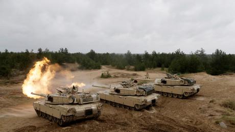 Tanques estadounidenses M1 Abrams disparan durante el ejercicio militar Saber Strike de la OTAN en Adazi, Letonia, el 11 de junio de 2016.