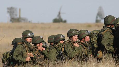 Personal de una división de infantería motorizada de las Fuerzas Armadas de Rusia participa en los ejercicios militares Centro 2011 en el polígono de Ashuluk