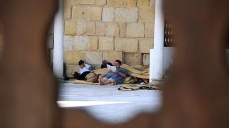 Dos musulmanes leen el Corán en el patio interior de una mezquita tunecina.