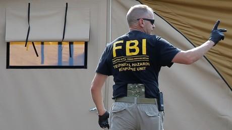 Un agente del FBI se dirige al escenario de la masacre en Orlando