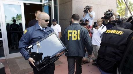 Agentes del FBI y alguaciles durante un registro en Estados Unidos