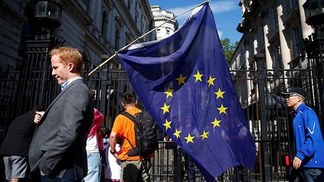 Un hombre lleva la bandera de la Unión Europea después de que el Reino Unido votara a favor del 'Brexit', Londres, Reino Unido, el 24 de junio de 2016.