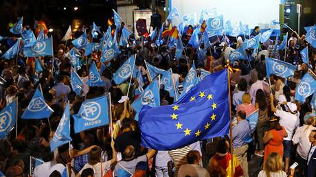 Simpatizantes del PP muestran su alegría tras el cierre de los colegios de votación en las elecciones generales de España