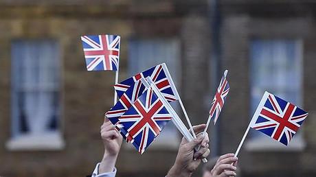 Partidarios del 'Brexit' portan banderas del Reino Unido después de que la mayoría de los británicos votaran a favor de abandonar la Unión Europea, Westminster, Londres, 24 de junio de 2016.