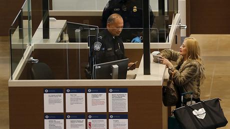 Una viajera se somete a un control fronterizo