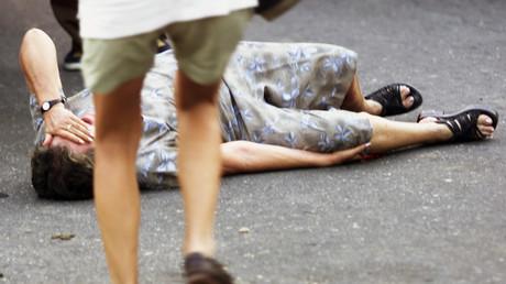 Una mujer de edad avanzada yace en una carretera después de haber sido herida al recibir un disparo de un miembro de las FARC en Paujil (provincia de Caquetá, Colombia) el 21 de febrero de 2002.