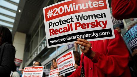 Activistas exigen la destitución de su cargo del juez Aaron Persky tras su polémica sentencia en el caso de violación de Stanford, San Francisco, California, EE.UU., 10 de junio de 2016.