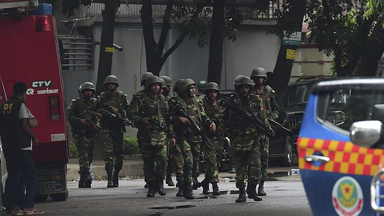 Soldados del Ejército de Bangladés patrullan las calles durante una operación de rescate lanzada tras la toma de rehenes en un restaurante de Dacca, Bangladés, el 2 de julio de 2016.