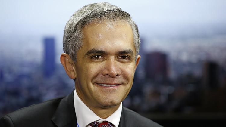 La Red no perdona al alcalde de la Ciudad de México, que finge llegar a un evento en taxi ecológico