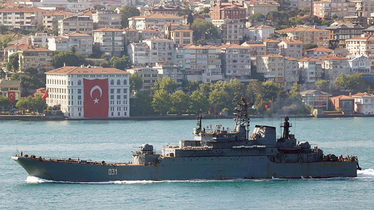 El buque de desembarco Minsk, de la Armada de Rusia, zarpa en el Bósforo, Estambul, en su camino hacia el mar Negro.