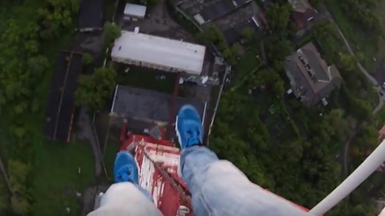 Video: Vertiginosa escalada de dos rusos a una torre de TV de 196 metros para saludar al sol