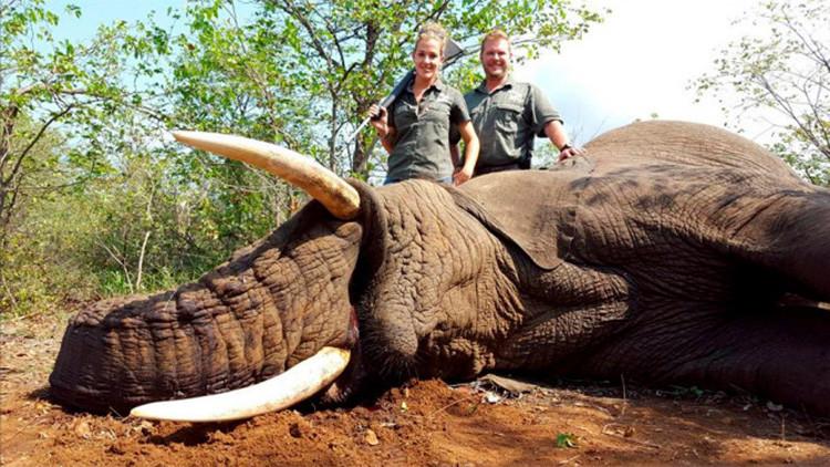Una glamurosa cazadora de animales en extinción ataca a sus críticos