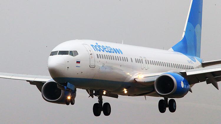 """""""Una broma inadecuada"""": Un pasajero de una aerolínea rusa amenaza con hacer explotar un avión"""