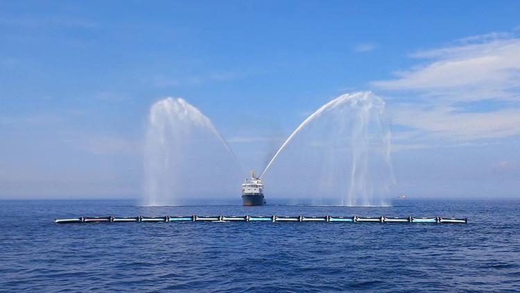 Ponen a prueba al gigante flotante que limpiará de plástico los océanos