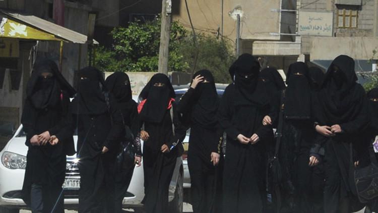 """""""Virgen. De 12 años"""": Así vende el Estado Islámico esclavas sexuales por Whatsapp"""