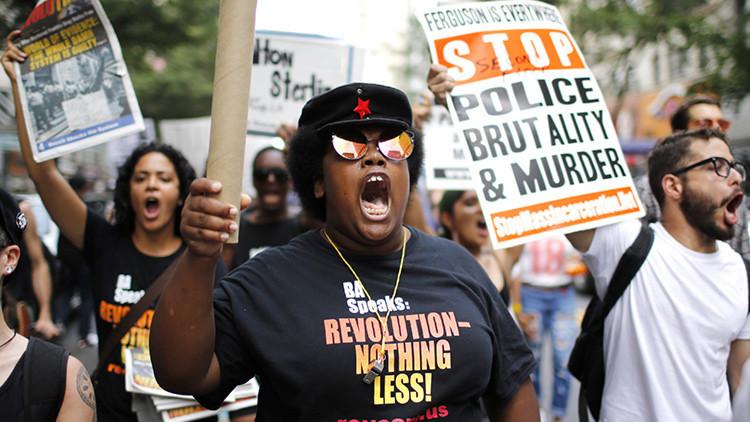Una gran multitud protesta en Nueva York por la muerte de dos afroamericanos a manos de la Policía