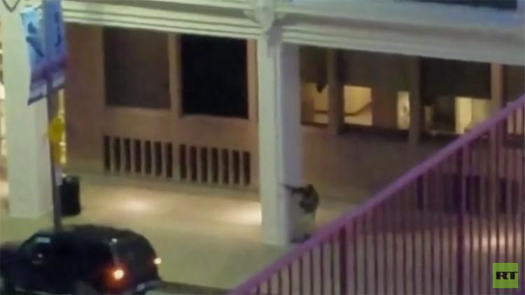 FUERTES IMÁGENES: Sospechoso de Dallas abre fuego con un fusil contra la Policía