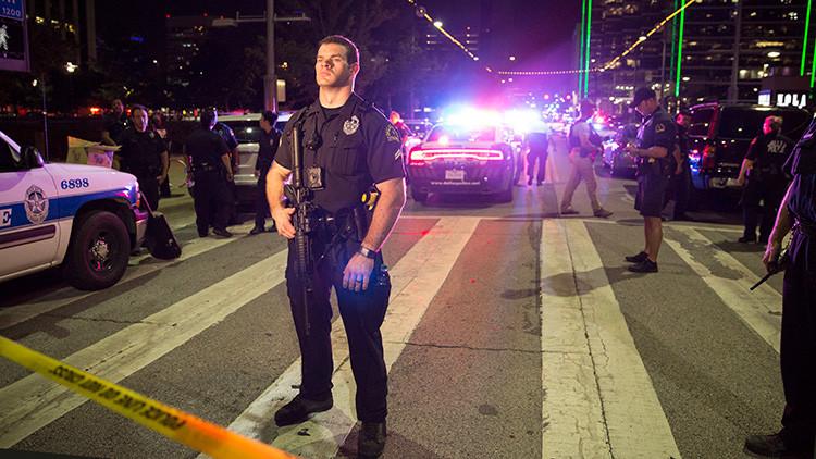 Oficiale de policía estadounidenses durante el tiroteo registrado en Dallas el 7 de julio de 2016