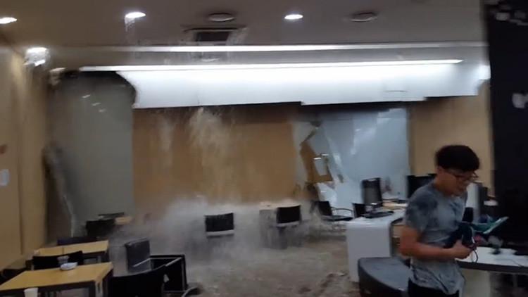 Estudiar en condiciones extremas: una universidad en Seúl se inunda en plena clase (video)