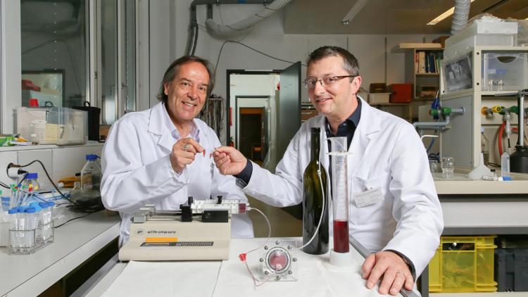 Daniel Attinger (derecha) y uno de sus colegas muestran la microbodega