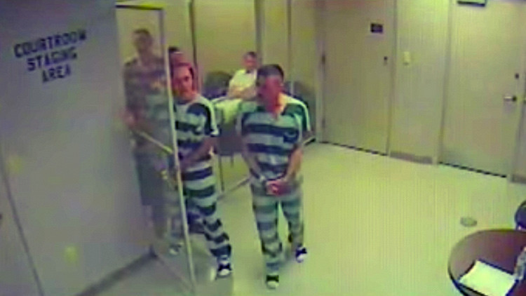 Reos escapan de un calabozo en EE.UU. para salvar la vida a su celador (VIDEO)