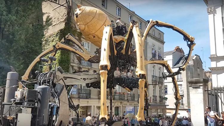 Una gigantesca 'araña' de 38 toneladas 'pasea' por las calles en Francia (video)