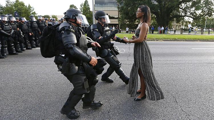 Una fotografía única de las protestas contra la brutalidad policial conmueve el mundo
