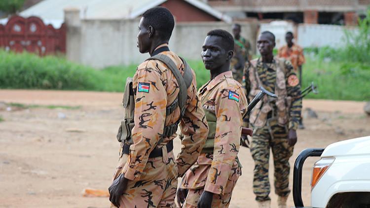 Policías y soldados de Sudán del Sur vigilan una calle tras la reanudación de los combates en la capital del país, Yuba, el 10 de julio de 2016.