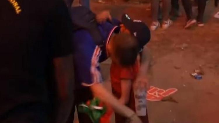 Video: Un niño portugués consuela a un hincha francés tras la final de la Eurocopa 2016