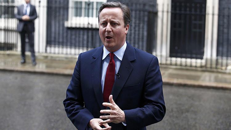 """""""Doo Doo Doo"""": Cameron se olvida del micrófono y canturrea una melodía al anunciar su salida (Video)"""