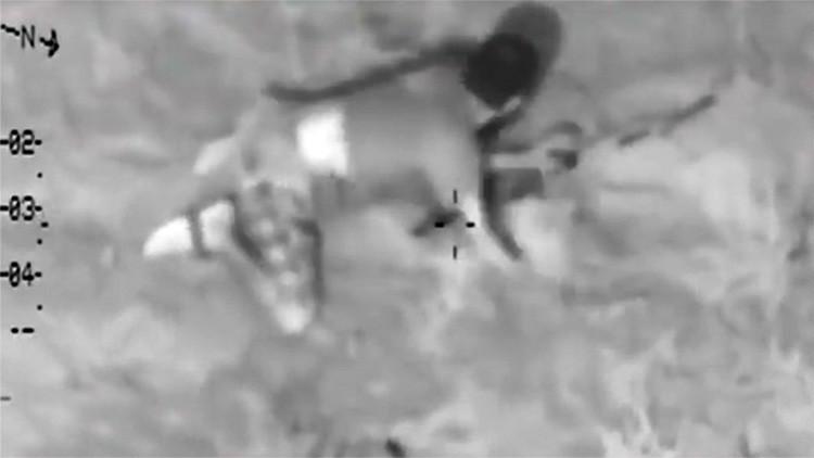 Video: Un terrorista del Estado Islámico causa la risa con su torpe camuflaje