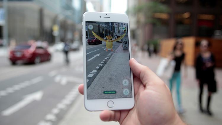 El pokémon Pidgey del juego Pokémon GO 'aparece' en el centro de Toronto, Ontario, Canadá, 11 de julio de 2016.