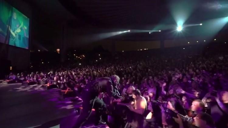 El líder de Slipknot 'castiga' a un fan distraído durante un concierto