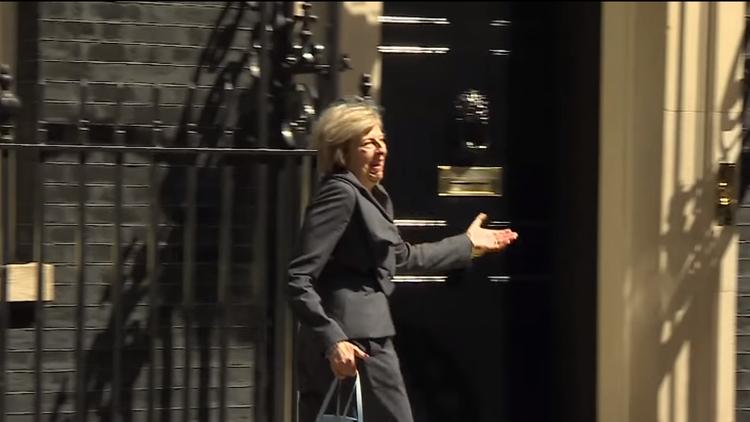 La nueva primera ministra británica se 'pierde' buscando el coche oficial que la esperaba