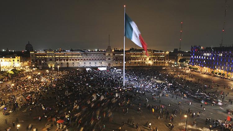 Manifestantes llegan a la plaza del Zócalo el 20 de noviembre de 2014 durante una protesta en apoyo a los 43  estudiantes desaparecidos de Ayotzinapa en la Ciudad de México.