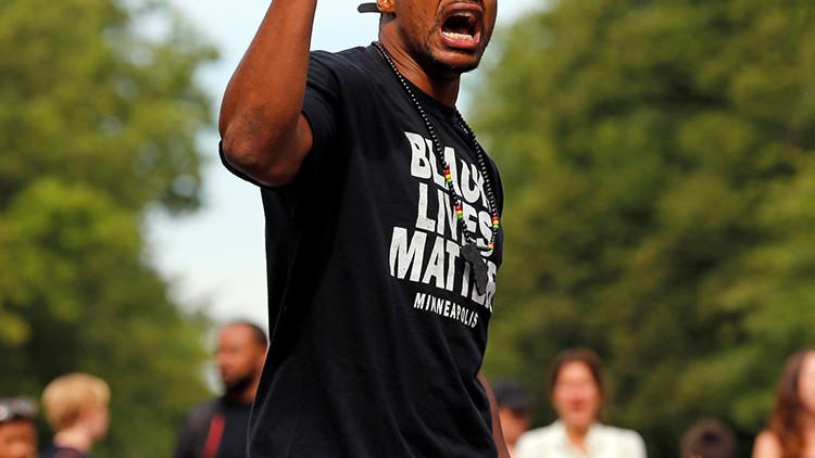 Agresor con una camiseta de Black Lives Matter dispara 17 veces contra vehículo policial en EE.UU.
