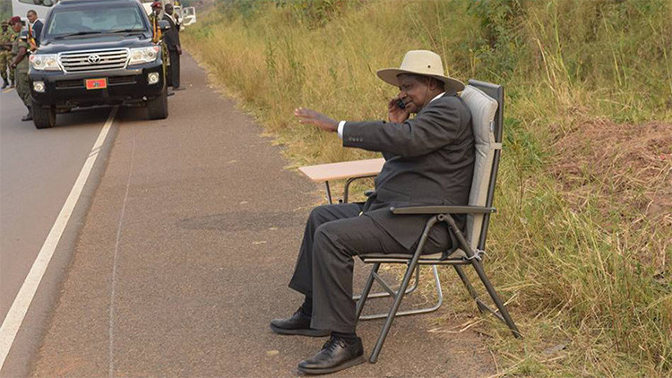El presidente de Uganda realiza una llamada en plena carretera y la foto conquista las redes