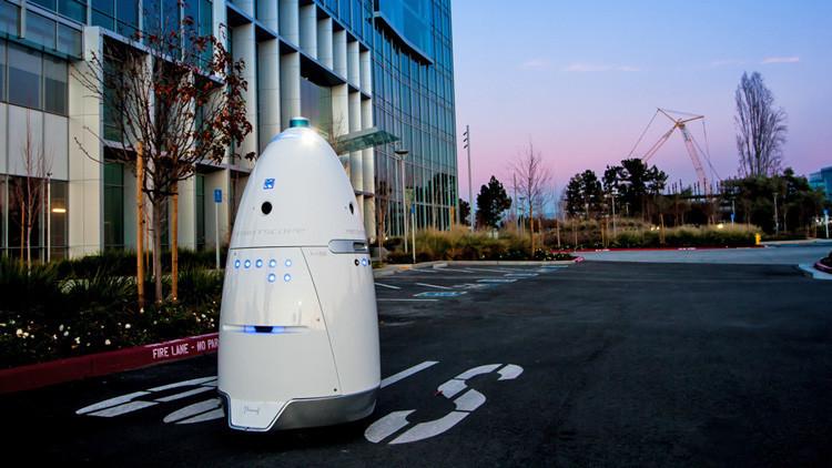 ¿Empezó el 'motín' de las máquinas? Un robot guardia arrolla a un niño en un centro comercial