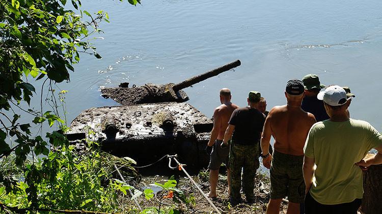 Sacan de un río ruso un tanque perdido en la Segunda Guerra Mundial, ¡y podría volver a arrancar!