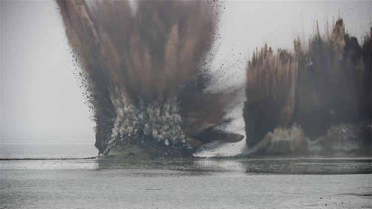 De película: Hacen explotar un enorme dique de 4 kilómetros en China en segundos (VIDEO)