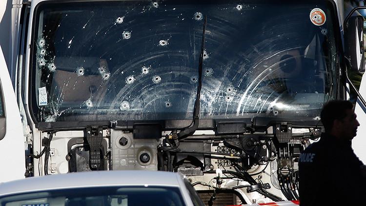Agujeros de bala en el camión que atropelló a una multitud y mató a decenas de personas durante las celebraciones de la fiesta nacional del Día de la Bastilla, el 14 de julio en el Paseo de los Ingleses en Niza. Francia, 15 de julio de 2016.