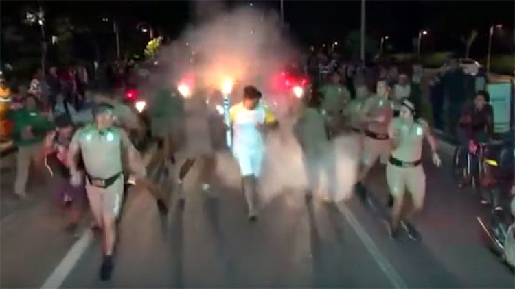 Video: Un 'aguafiestas' con extintor ataca al portador del fuego olímpico en Brasil