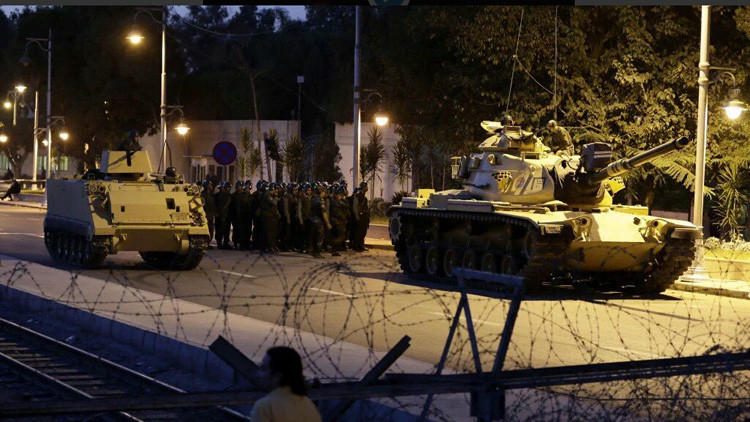 Golpe militar en Turquía: Tanques, cazas, tiroteos, un helicóptero abre fuego en Ankara