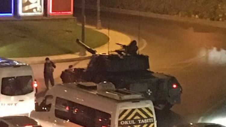 Tanques abren fuego contra el edificio del Parlamento de Turquía