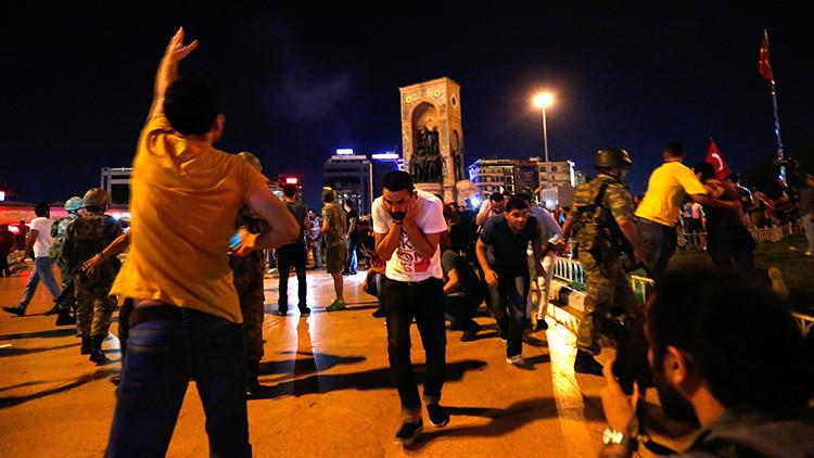 FUERTES IMÁGENES: Los militares disparan a unos manifestantes en Estambul