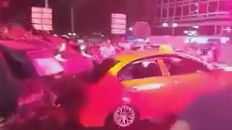 Turquía: Un tanque golpista aplasta los coches que le impiden el paso (video)